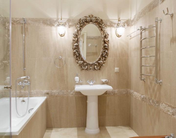 Ванная комната в бежевых тонах с антикварным зеркалом, дуплекс в Резиденции Рублево