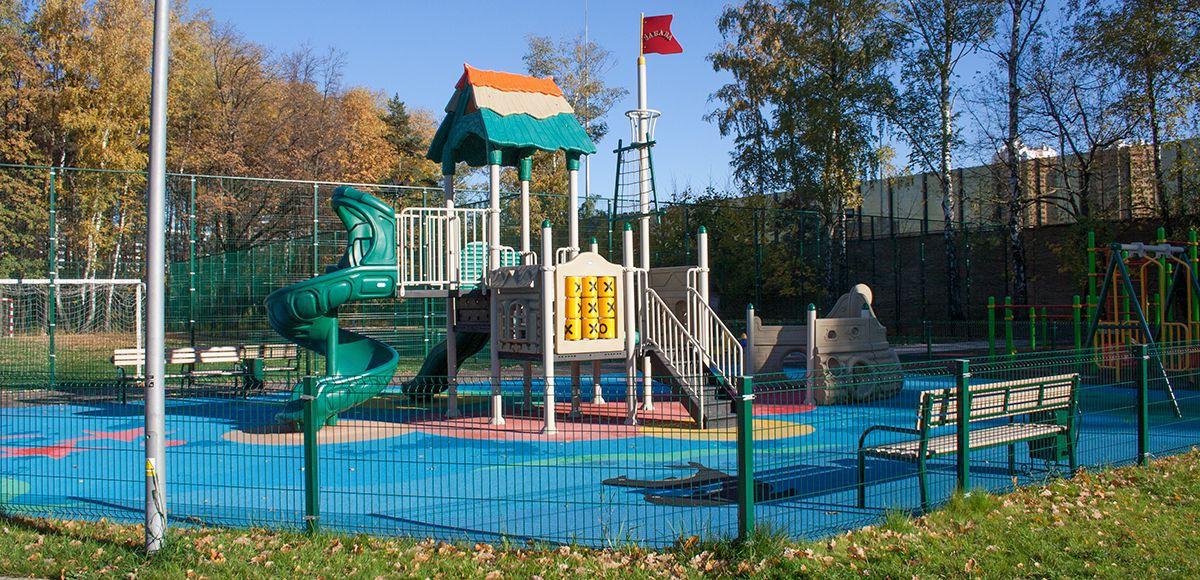Большая детская площадка в РРублево, вид 2, осень