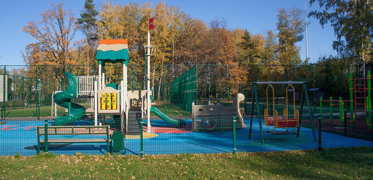 Большая детская площадка в РРублево, вид 1, осень