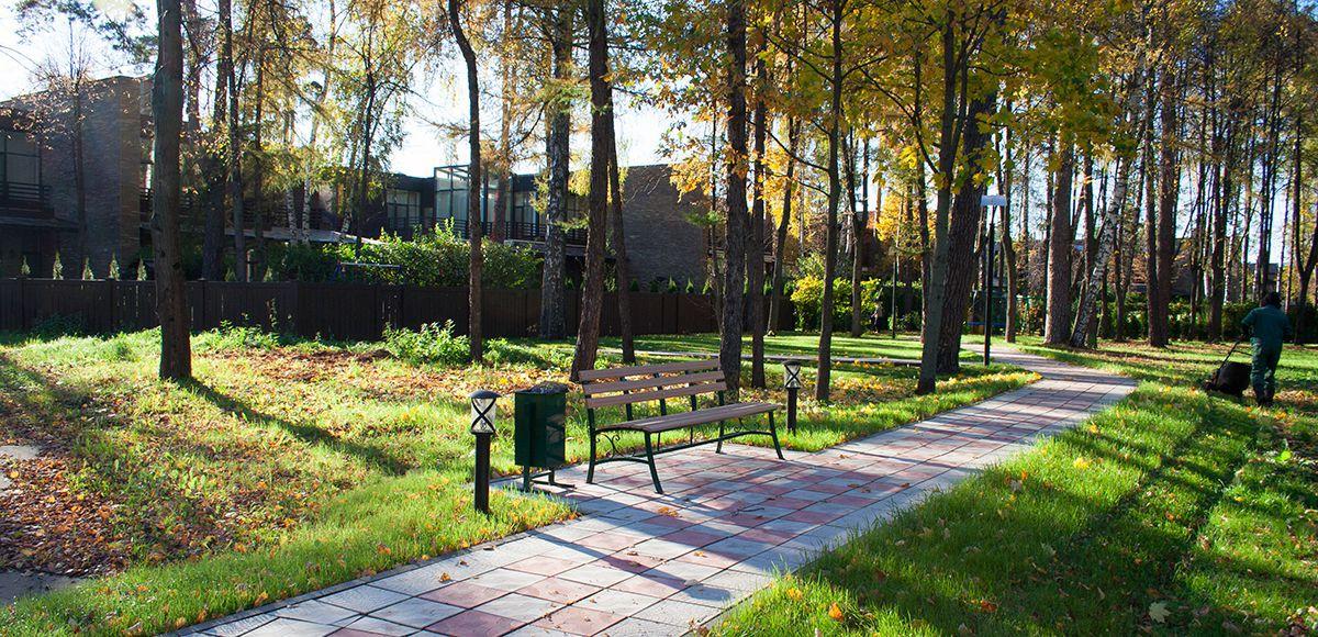 Прогулочный дорожки с зонами отдыха в Резиденции Рублево