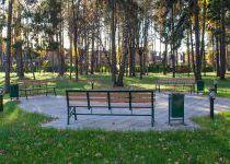 Три лавочки в центре лесопарка «Резиденции Рублево», осень 2016